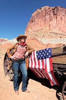 Portret van een blonde jonge vrouw met amerikaanse vlag