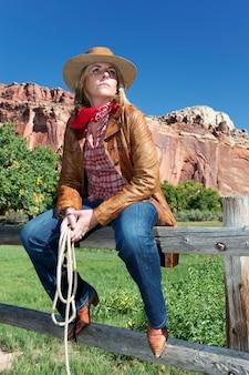 Portret van een blonde vrouw die een cowboyhoed draagt Premium Foto