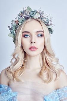 Portret van een blonde vrouw met een kroon op het hoofd