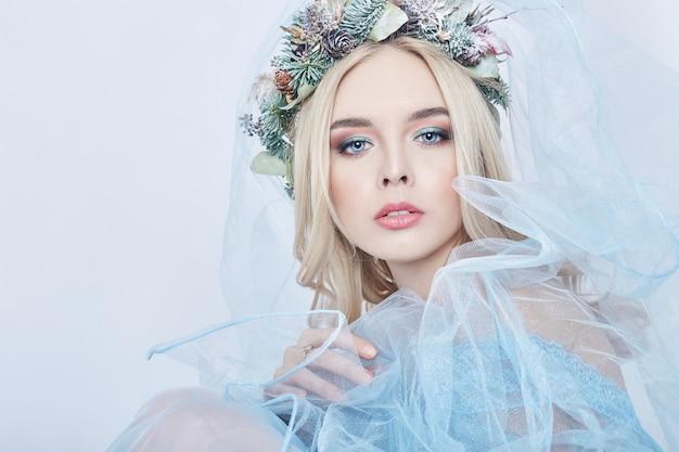 Portret van een blonde vrouw met kroon op haar hoofd