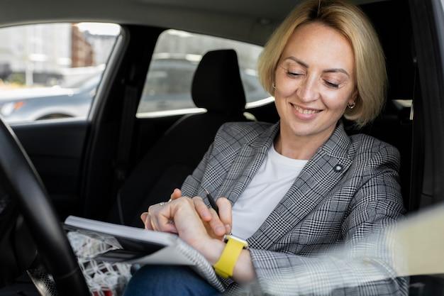 Portret van een blonde zakenvrouw