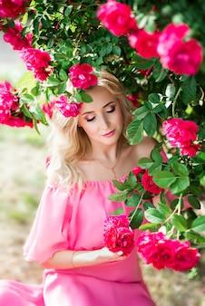 Portret van een blondevrouw in rozen