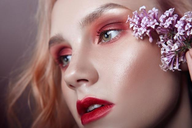 Portret van een blondevrouw met het gezicht van bloembloemblaadjes