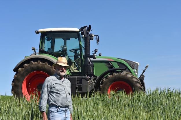 Portret van een boer op het veld
