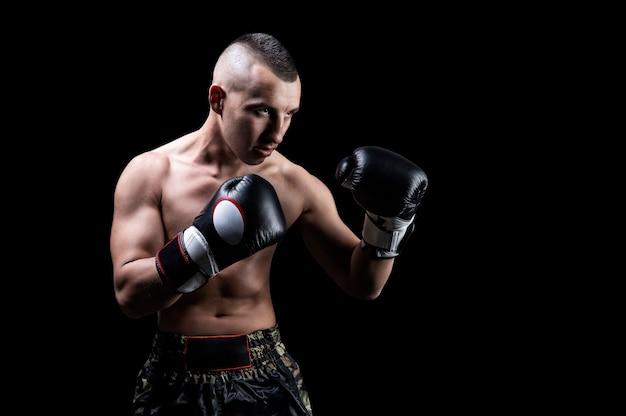 Portret van een bokser van gemengde vechtsporten