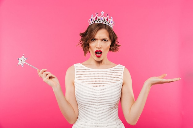 Portret van een boos meisje dat kroon draagt