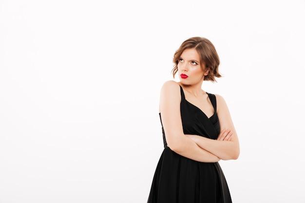 Portret van een boos meisje, gekleed in zwarte jurk