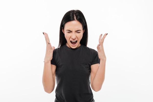 Portret van een boze geërgerde vrouw die luid gilt