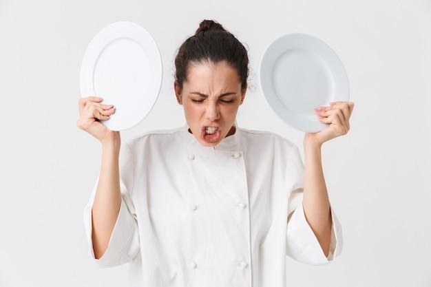 Portret van een boze jonge vrouw met gerechten