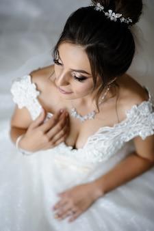 Portret van een bruid klaar voor haar trouwdag
