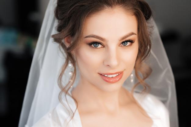 Portret van een bruid met make-up en haarstyling