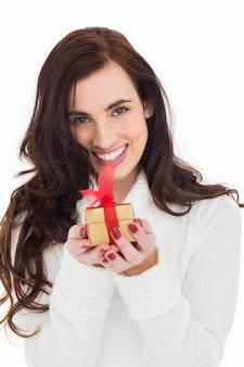 Portret van een brunette holding gild geschenk