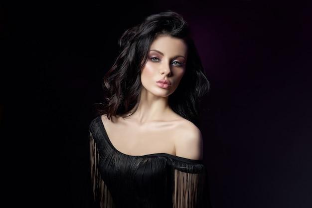Portret van een brunette vrouw met golvend haar