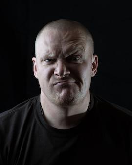 Portret van een brutale man die grimas maakt