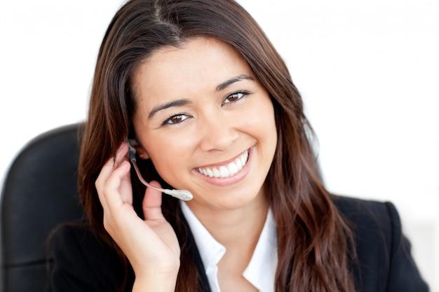 Portret van een charismatische aziatische zakenvrouw met een koptelefoon