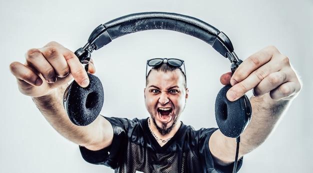 Portret van een charismatische discjockey met koptelefoon op de voorgrond