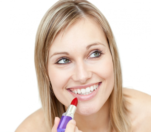 Portret van een charismatische vrouw die rode lippenstift zet