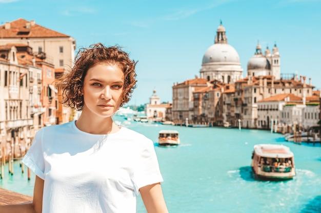 Portret van een charmant meisje met uitzicht op de groet van santa maria della.