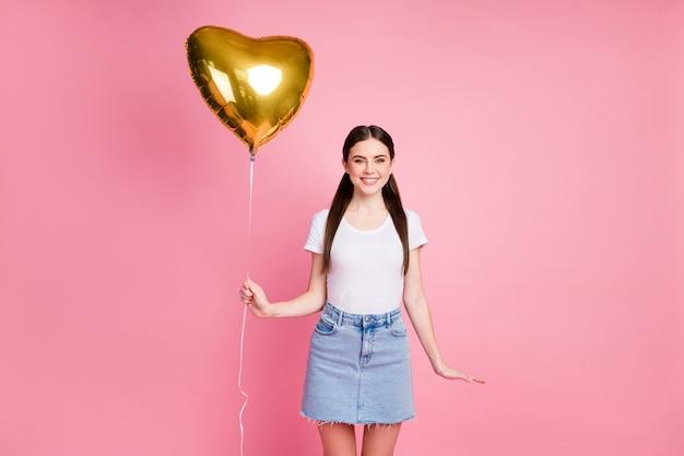 Portret van een charmant vrolijk blij meisje dat heliumbal in handen houdt