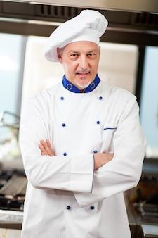 Portret van een chef-kok in zijn keuken