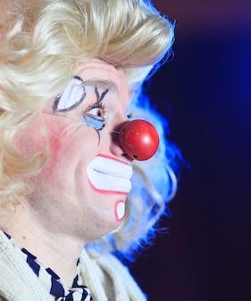 Portret van een clown in de circusarena.