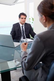 Portret van een commercieel team tijdens een vergadering