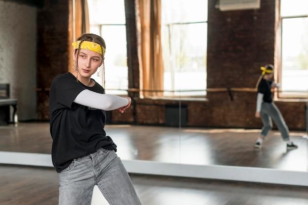 Portret van een danseres dansen voor de spiegel