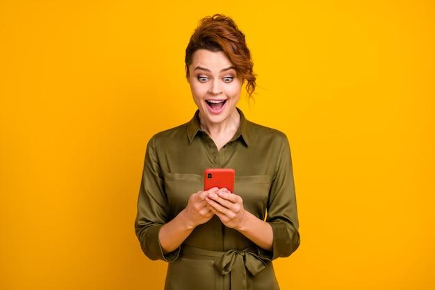 Portret van een dolblij vrolijk meisje dat een digitaal apparaat gebruikt