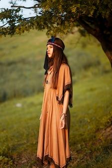 Portret van een donkerbruine jonge vrouw in inheemse indische amerikaanse bohokleding