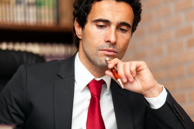 Portret van een doordachte advocaat in zijn atelier