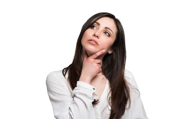 Portret van een doordachte jonge vrouw