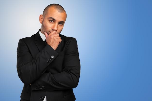 Portret van een doordachte jonge zakenman