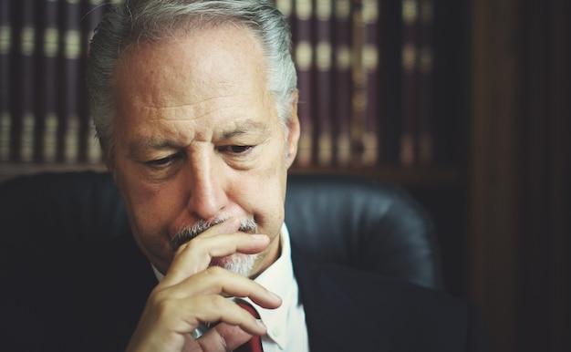 Portret van een doordachte manager in zijn kantoor
