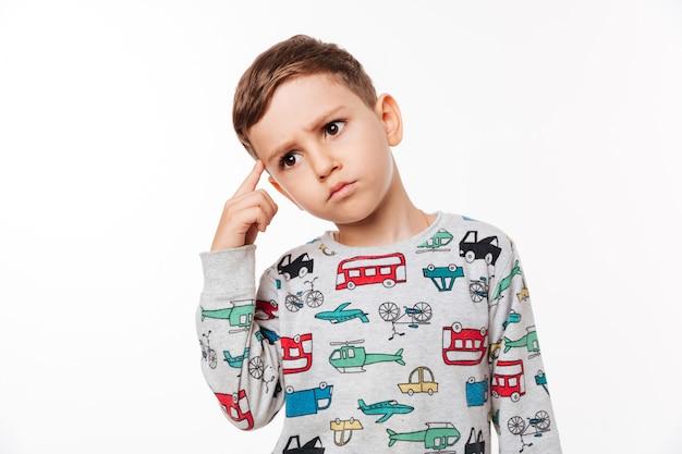 Portret van een doordachte schattige kleine jongen