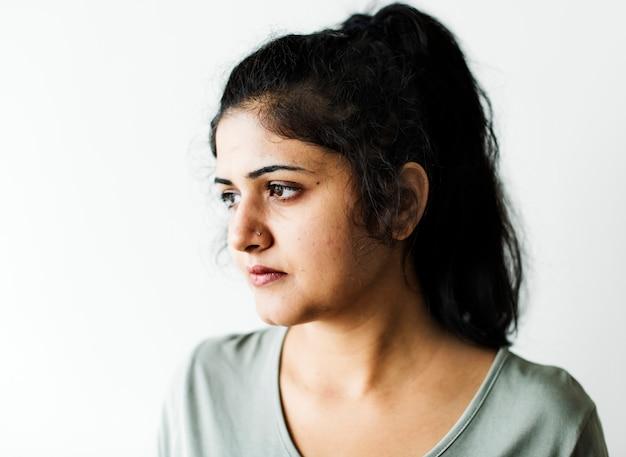 Portret van een doordachte vrouw
