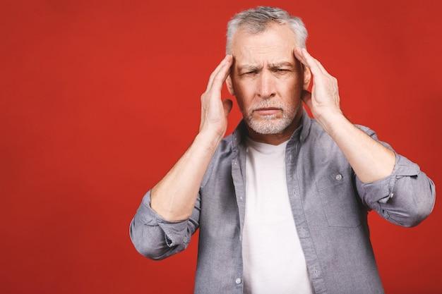 Portret van een duizelig overstuur bezorgd verdrietig, depressief, moe senior man met een hoofdpijn, zeer gestrest, geïsoleerde, negatieve menselijke emotie gezichtsuitdrukking.