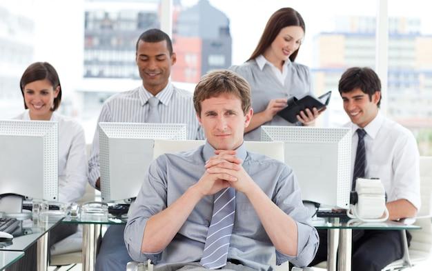 Portret van een dynamisch commercieel team op het werk