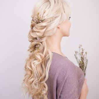 Portret van een elegante jonge vrouw met blond haar. trendy kapsel