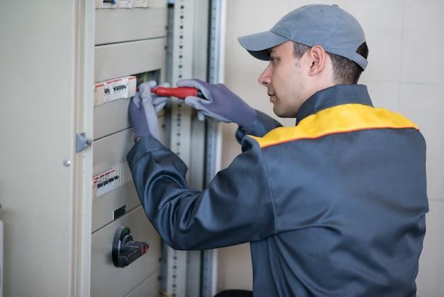 Portret van een elektricien op het werk