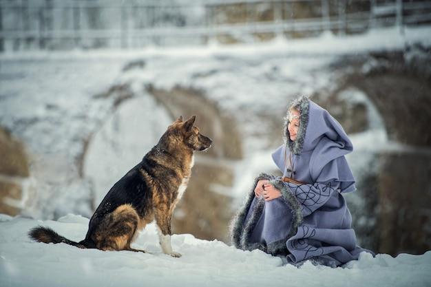 Portret van een elf van het sprookjesmeisje met hond