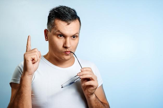 Portret van een emotionele blanke man, afgebeeld op blauw