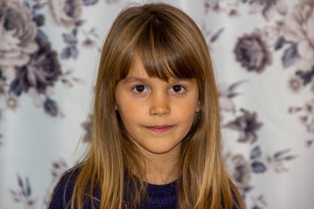 Portret van een ernstig kind met een onscherpe achtergrond.