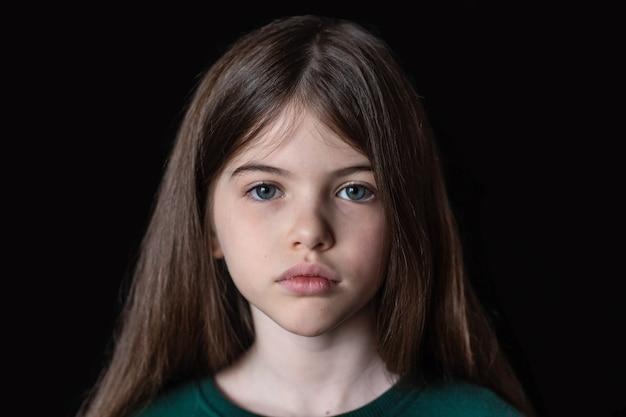 Portret van een ernstig klein meisje