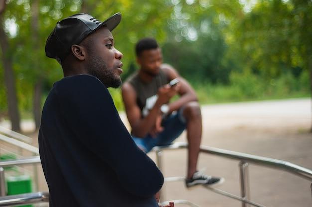 Portret van een ernstige afro-amerikaanse mannen op straat bij zonsondergang