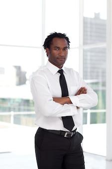 Portret van een ernstige afromanager die de camera bekijkt