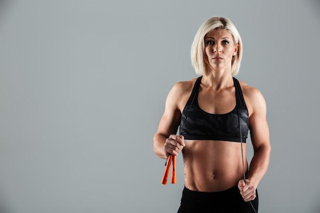 Portret van een ernstige gespierde volwassen sportvrouw