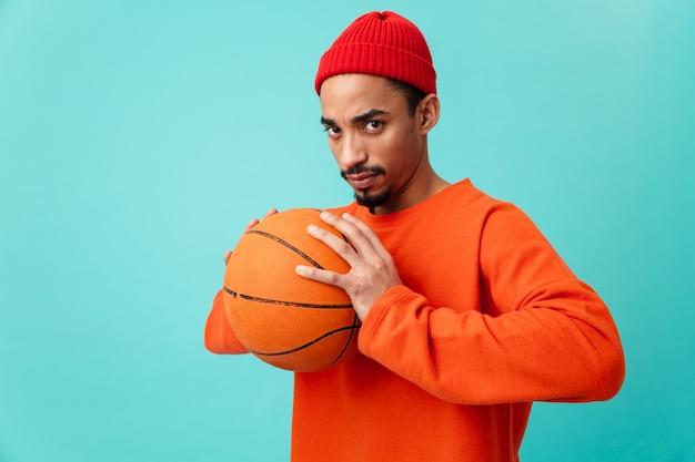 Portret van een ernstige jonge afro-amerikaanse man in hoed