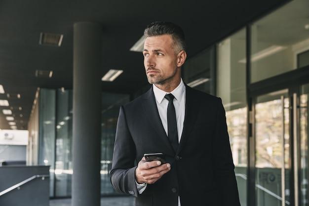 Portret van een ernstige jonge zakenman