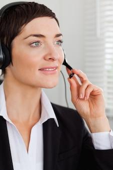 Portret van een ernstige secretaresse met een hoofdtelefoon