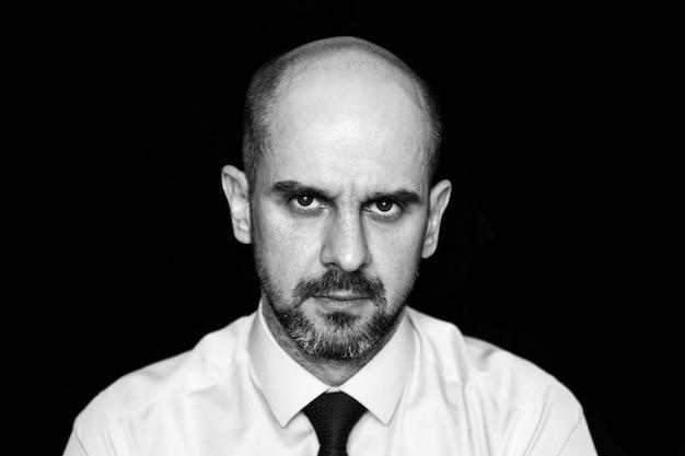 Portret van een ernstige trieste kale man, zwart en wit